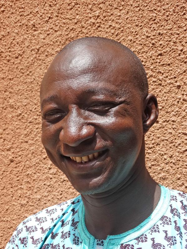 Baba Traoréuit Mopti, Mali Gogo vroeg Baba Traoré , die ze nog kende van haar middelbare schooltijd , om te helpen. Baba had een aantal jaren bij een NGO gewerkt, maar kon zich niet vinden in hun beleid. De goede verstandhouding tussen de twee maakte dat ze steeds meer verzoeken deden aan V!VE om in de regio initiatieven te honoreren. Baba is inmiddels een veelgevraagd man in Mopti, maar blijft trouw aan Vive.