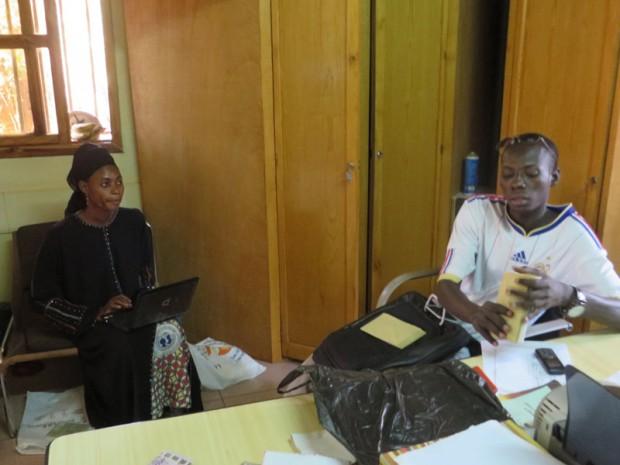 Aminata draagt op kantoor van de villa Rose haar werk t.b.v. van de microcredieten over aan Sibalo