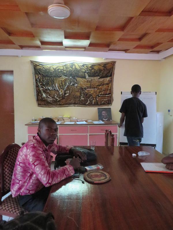 Razak Kuanda's laatste engelse les met de Vive leerlingen. De volgende dag vertrok hij naar Ouagadougou om zijn tweede jaar studie engels op te pakken.