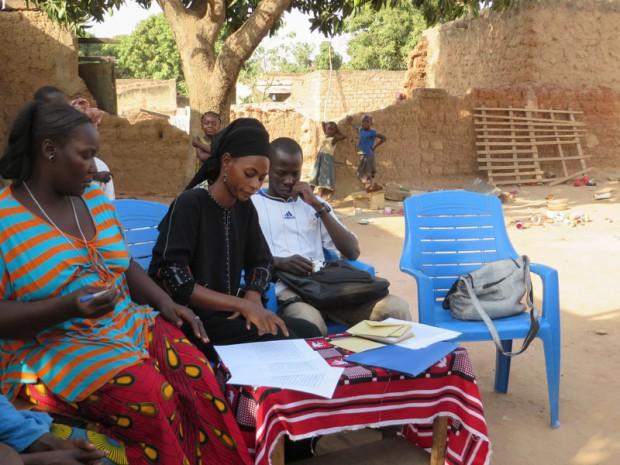 Na de overdracht regelt Aminata voor het laatst de microcredieten in de wijk,terwijl Sibalo zich alvast warm loopt.