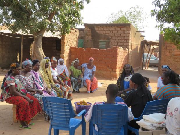 Aminata met de president van de groep die voor de tweede keer een microcrediet ontvangt. De lijst beslaat 20 vrouwen, waarvan er 17 met een vingerafdruk tekenen. Na mijn vraag hoe het gaat met de scholen van hun kinderen, hoorde ik hen gelukkig vertellen dat zij hun kroost vanaf 6 jaar naar de lagere school sturen.