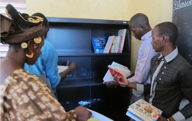 De boeken van Biblionef vinden een plaats in de mooie kast