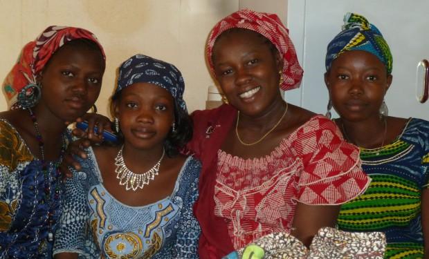 Onze projectleidster Gogo met enkele van onze beursleerlingen.