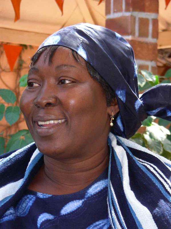 Inna Bayéuit Bobo Dioulasso, Burkina Faso Inna Bayé is een nicht van Moctar Salamatao Franca's man), en betrokken vanaf het begin als 'moeder' voor alle bursalen in Bobo ( inmiddels 112 leerlingen) Zij houdt de voortgang van alle leerlingen zorgvuldig in de gaten.
