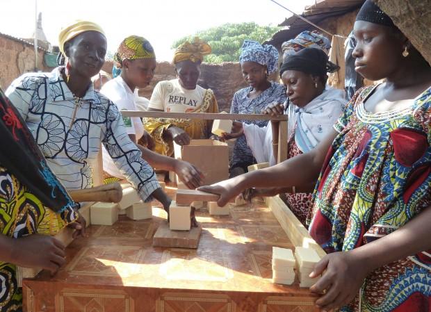 Microkredieten: vrouwen uit Bobo Dioulasso maken zeep.