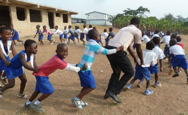 Kinderen van de Osei Sarpong International School doen een rondedansje